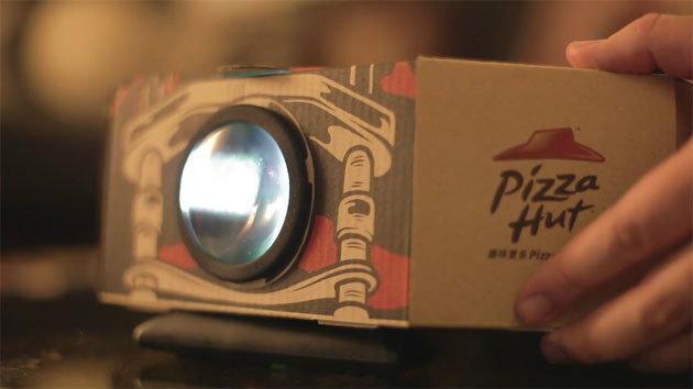 ไอเดียเจ๋ง เปลื่ยนกล่องพิซซ่าธรรมดาๆ ให้กลายเป็นเครื่องฉายโปรเจคเตอร์ !!