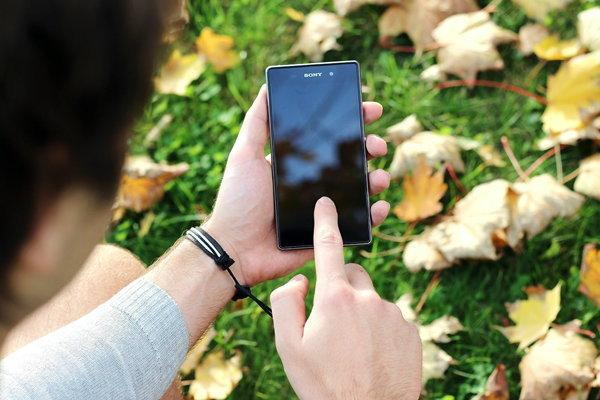 8 สมาร์ทโฟนน่าใช้ที่มีการออกแบบผสมผสานระหว่างกระจกและโลหะ