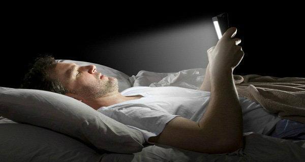 """เตือนภัย""""ดูทีวี-ดู-ส่งข้อความบนสมาร์ทโฟน ไอแพด ในที่มืด"""" เสี่ยงถึงขั้นตาบอดได้ !"""