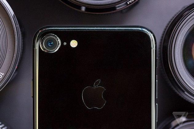 สาวกรอเหงือกแห้ง iPhone 8 อาจวางจำหน่ายล่าช้าไปถึงต้นปี 2018