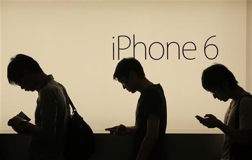ไม่ใช่แค่ก้มหน้า สมาร์ทโฟนคือนวัตกรรมที่เปลี่ยนทุกอย่างแม้แต่ท่าเดินของมนุษย์