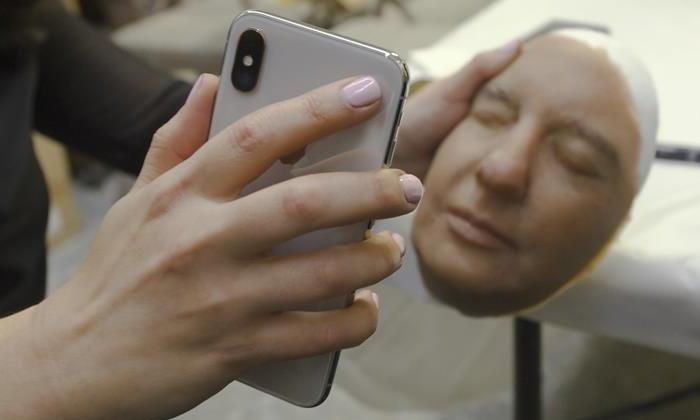 """เสียเงินแค่  5,000 บาท ก็สามารถ """"หลอก"""" Face ID ของ iPhone X ได้สำเร็จ"""