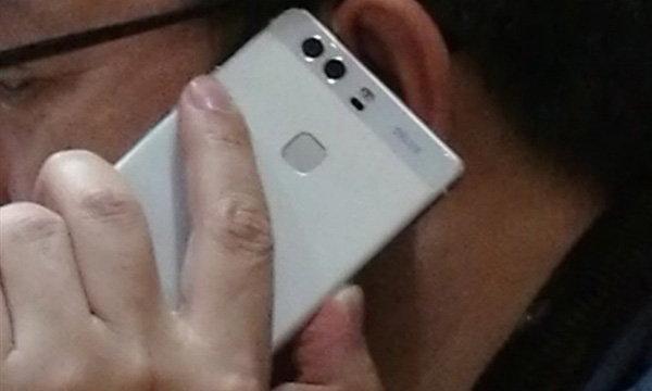 เผยภาพผู้บริหาร Huawei ถือ Huawei P9 รุ่นล่าสุดก่อนเปิดตัวอีกไม่กี่สัปดาห์