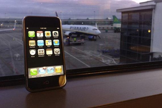 หญิงชราวัย 60 ลักลอบนำ iPhone 4 จำนวน 44 เครื่องด้วยการพันเครื่องใว้รอบตัว!