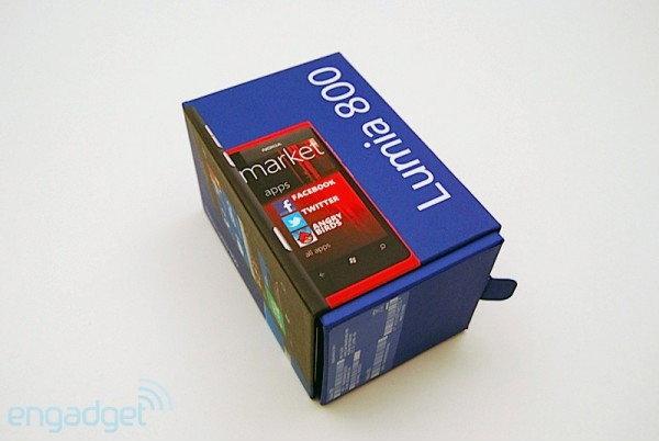 แกะกล่อง Nokia Lumia 800 จากเว็บนอก มีอะไรในชุดจำหน่ายกันบ้าง