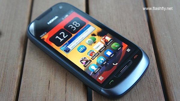 แกะกล่อง Nokia 701 สมาร์ทโฟน Symbian Belle ที่มีหน้าจอสว่างที่สุดในโลก