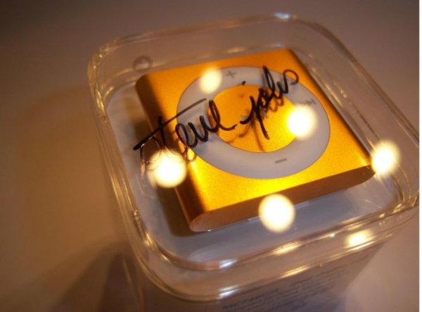 สาวกหัวใสนำ iPod shuffle พร้อมลายเซ็นต์ Rare Steve Jobs เปิดประมูลที่ eBay