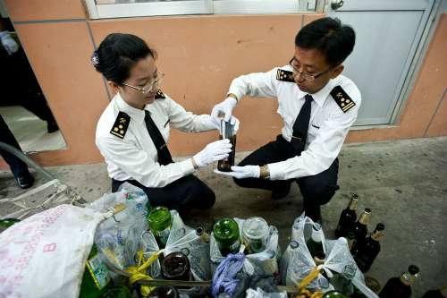 คุณเกือบได้ไปต่อ! พี่จีนแอบยัด iPhone ใส่ขวดเบียร์เพื่อขนข้ามประเทศ! (+video)