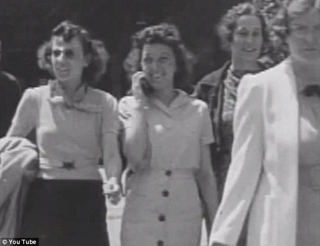 """ไขปริศนา """"หญิงสาวข้ามเวลา"""" ใช้โทรศัพท์มือถือในยุค 1930 (ชมคลิป)"""