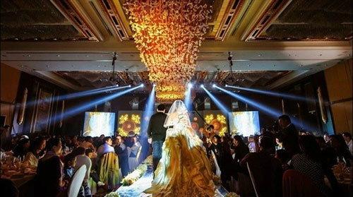 ใจป้ำฝุดๆ ! คู่บ่าวสาวจีนทุ่มทุนซื้อ iPhone 5s สีทอง แจกแขกในงานแต่งงาน