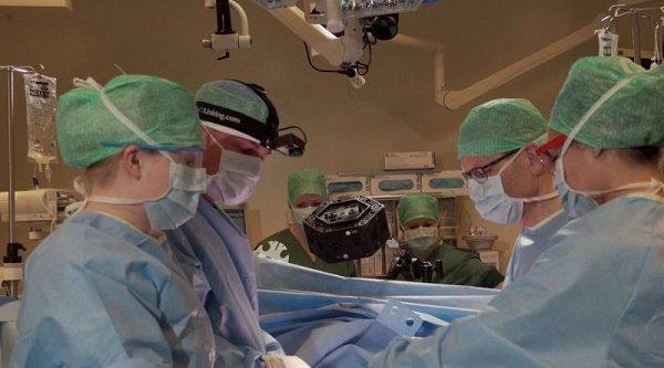 Microsoft HoloLens ช่วยให้แพทย์ 'ผ่าตัดกระดูกสันหลัง' ได้อย่างยอดเยี่ยม