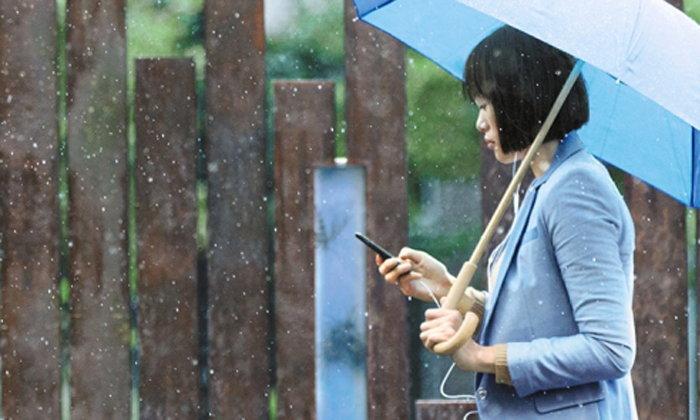 """รวมเรื่องใกล้ตัวที่ """"ต้องระวัง"""" หากต้องใช้มือถือในฤดูฝน"""