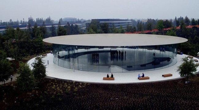 แอบส่อง Apple Park ทีมงานเตรียมความพร้อมที่ Steve Jobs Theater สำหรับเปิดตัว iPhone 8