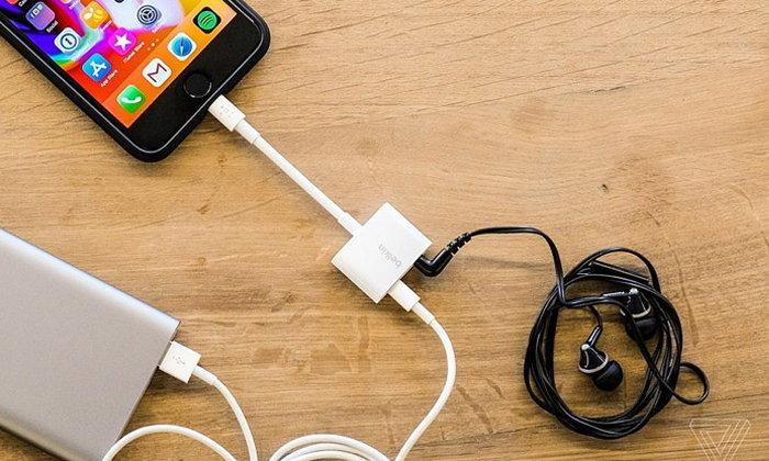 และแล้ว Apple ก็วางจำหน่ายอแดปเตอร์สำหรับชาร์จและฟังเพลงพร้อมกันบน iPhone แล้ว