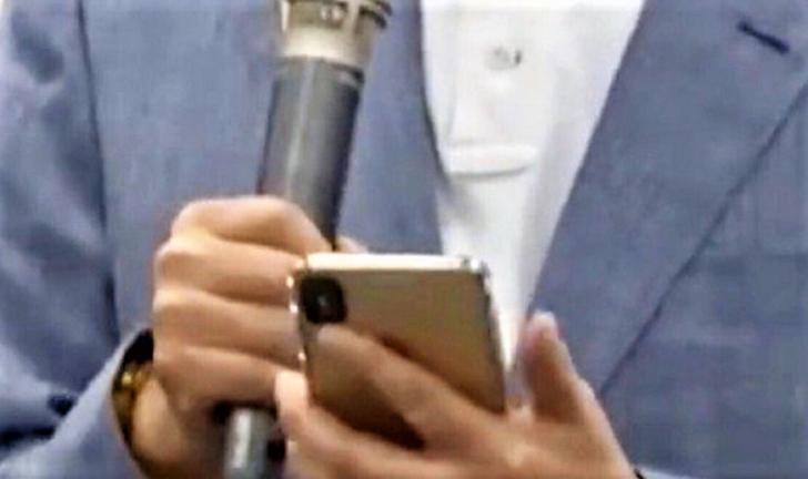 ไขประเด็น! ภาพซีอีโอ Foxconn อาจถือ iPhone 11 อยู่ในมือ… แท้จริงคือ iPhone XS ใส่เคส