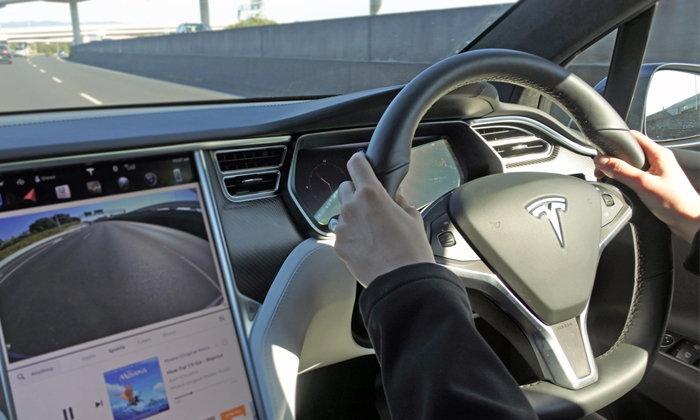 เมื่อวงการหนังผู้ใหญ่นำรถ Tesla มาเป็นอุปกรณ์ในหนัง