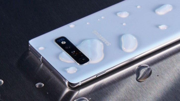 """Samsung ขึ้นศาล """"ออสเตรเลีย"""" ข้อหา """"ทำให้เข้าใจผิด"""" ว่ากันน้ำได้ทุกประเภท"""