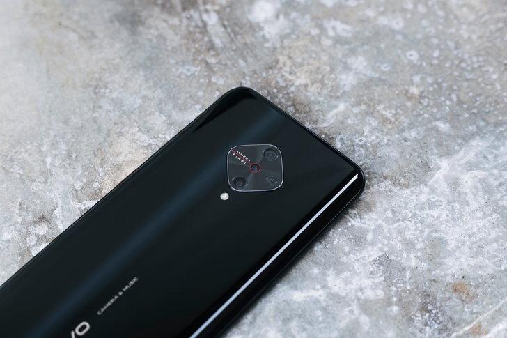 กล้องหลักดีไซน์ diamond มาพร้อม AI Quad Camera ความละเอียด 48 ล้านพิกเซล