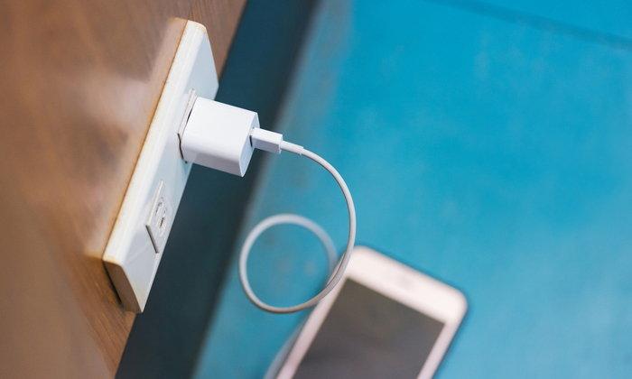 """การแก้ปัญหาเบื้องต้นเมื่อ """"iPhone"""" ชาร์จแบตไม่เข้าจริงๆ ทำได้ไม่ยาก"""
