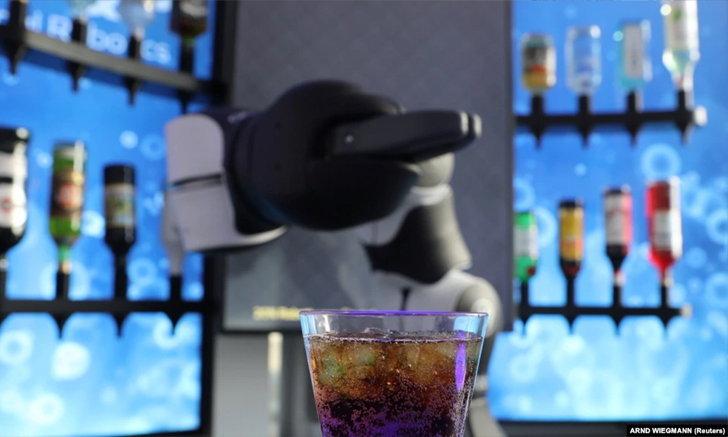 บ.สวิส เปิดตัว 'หุ่นยนต์บาร์เทนเดอร์' ให้บริการนักดื่มช่วงวิกฤตโควิด-19