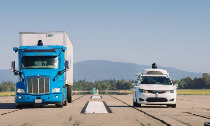 """""""เดมเลอร์ - เวย์โม"""" จับมือพัฒนารถกึ่งบรรทุกขับเคลื่อนอัตโนมัติ"""