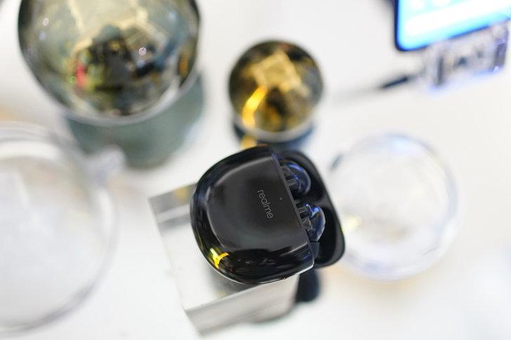 realme unveils a new series of smartphones AHR0cHM6Ly9zLmlzYW5vb2suY29tL2hpLzAvdWQvMzAzLzE1MTU1OTMvcmVhbG1lYnVkc2FpcnByb180LmpwZw==