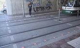 แด่สังคมก้มหน้า เยอรมนีเริ่มติดไฟจราจรฝังพื้นทางเท้าสำหรับคนชอบเดินเล่นโทรศัพท์