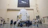 SpaceX ส่งแคปซูล Crew Dragon ไปยังที่ปล่อยตัวเพื่อทดสอบก่อนส่ง 2 นักบินอวกาศ 7 พ.ค.