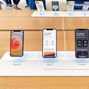 Apple Store อาจเปลี่ยนดีไซน์แท่นโชว์ iPhone จาก Lightning สู่ MagSafe