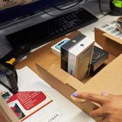 ภาพบรรยากาศการส่งมอบ iPhone 12 ในประเทศกลุ่มแรก