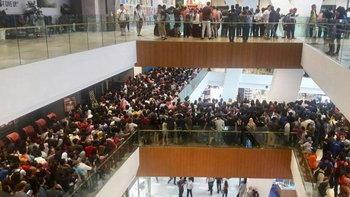 แชร์สนั่น! ภาพคนถล่มร้าน Apple มาเลเชียหลังประกาศลดราคา iPhone 5S เหลือ 1,500 บาท