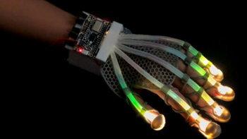 พบกับถุงมือแก้เหงาให้สัมผัสเหมือนจับมือมนุษย์ และถุงมือ VR จากโลกอนาคต