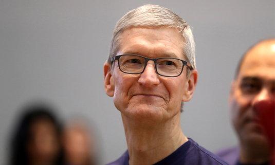 """Tim Cook เผย  Apple ไม่ได้เลือกจีนเป็นฐานการผลิตเพราะ """"ค่าจ้างต่ำ"""""""