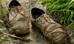 """""""รองเท้าหนังเปียก"""" ทำอย่างไรให้แห้งใส่ได้แบบทันใจ"""