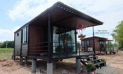 บ้านยกพื้นหลังน้อย แต่งผนังไม้สีเข้ม ออกแบบเพื่อการพักผ่อนที่เรียบง่าย