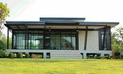 บ้านตากอากาศสไตล์โมเดิร์น ดีไซน์โดดเด่น มีเฉลียงพักผ่อนริมน้ำ พร้อมพื้นที่ใช้สอย 140 ตร.ม.