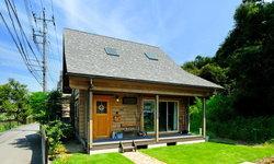 บ้านไม้หลังเล็กสไตล์สแกนดิเนเวีย ใช้ไม้สนเป็นวัสดุหลักในการตกแต่ง