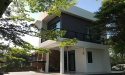 บ้านสองชั้นสไตล์โมเดิร์น 2 ห้องนอน พร้อมระเบียงโปร่งทอดยาว และลานกว้างเพื่อกิจกรรมกลางแจ้ง