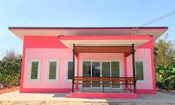 บ้านสไตล์โมเดิร์นขนาดกะทัดรัดโทนสีชมพูสดใส 2 ห้องนอน 1 ห้องน้ำ พร้อมระเบียงรับลมหน้าบ้าน