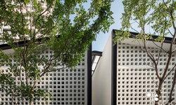 """แชร์ประสบการณ์ """"สร้างบ้านแฝดให้คุณปู่"""" โดยสถาปนิกมือใหม่ในดีไซน์เรียบง่าย รายล้อมด้วยสวนสีเขียว"""