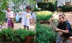 """""""สวนเด็กเล่น"""" ของ """"สายฟ้า-พายุ"""" อุดมไปด้วยผักสวนครัวของคุณยาย"""