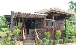 บ้านไม้ชั้นเดียว 1 ห้องนอน 1 ห้องน้ำ พร้อมระเบียงหน้าบ้าน ออกแบบเพื่อใช้เป็นเรือนพักรับรอง