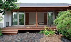 บ้านชั้นเดียวสไตล์ญี่ปุ่นโมเดิร์น ตกแต่งด้วยโทนสีขาวเรียบง่าย พร้อมสวนสีเขียวรอบบ้าน เชื่อมต่อพื้นที่พักอาศัยสู่ธรรมชาติอันเงียบสงบ