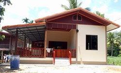 บ้านชั้นเดียวหลังคาทรงหน้าจั่ว 1 ห้องนอน 1 ห้องน้ำ ทางเดินแต่งหิน ดีไซน์เรียบง่าย เหมาะกับครอบครัวเล็กๆ