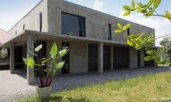 บ้านปูนเปลือยโมเดิร์นลอฟท์ ออกแบบเปิดโล่ง เน้นรับกับธรรมชาติที่สดชื่นรอบตัวบ้าน