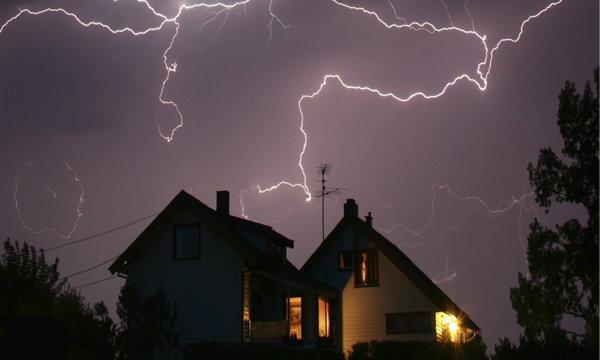 """อยู่ใน """"บ้าน"""" อย่างไรให้ปลอดภัยในช่วงฝนฟ้าคะนอง"""