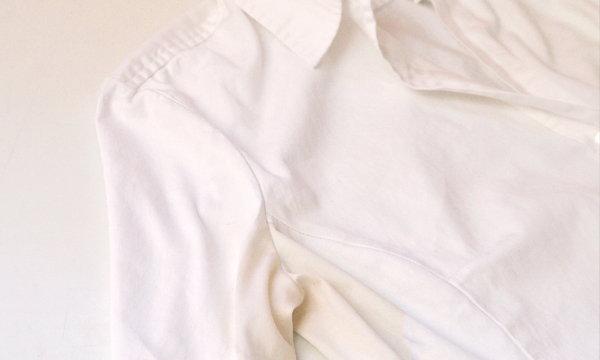 """3 ขั้นตอนง่ายๆ กำจัด """"คราบเหลืองใต้วงแขน"""" บนเสื้อขาว"""