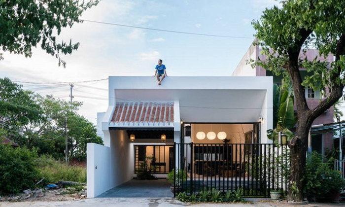 บ้านหน้าแคบโทนสีขาว ตกแต่งเรียบง่าย เน้นความโปร่งโล่ง พร้อมสวนกลางบ้าน