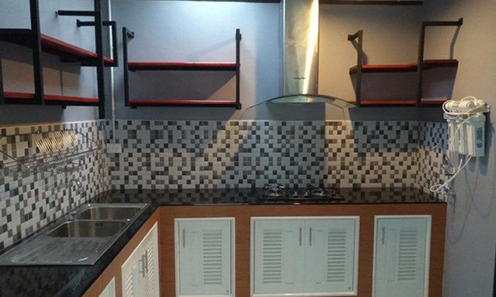 รีวิวต่อเติมห้องครัวหลังบ้านทาวน์โฮม พร้อมเคาน์เตอร์ตัว L และชั้นวางของติดผนัง