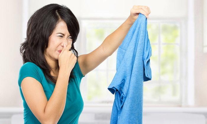 5 เคล็ดลับกำจัดกลิ่นตัวติดเสื้อผ้า หายวับ กลับมาหอมเหมือนใหม่